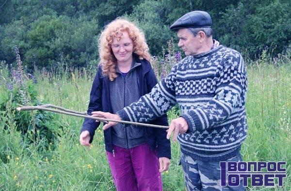 Ищет клад в поле