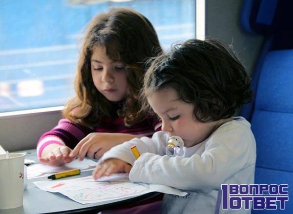 Дети играют в вагоне