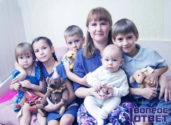 Многодетная мать с семьей