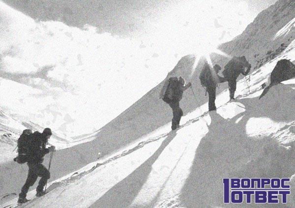Туристы идут на перевал