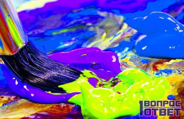 Художник колерует подходящий цвет