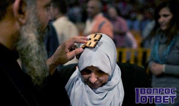 Египетский монах проводит обряд