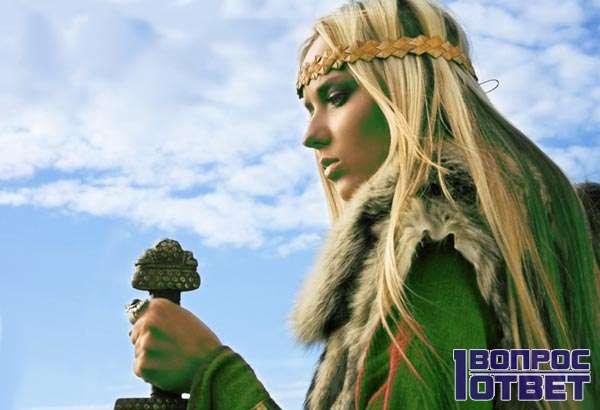 Скандинавская девушка со светлыми волосами