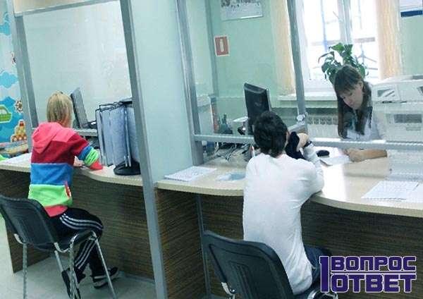 Девушка пошла с документами в МФЦ