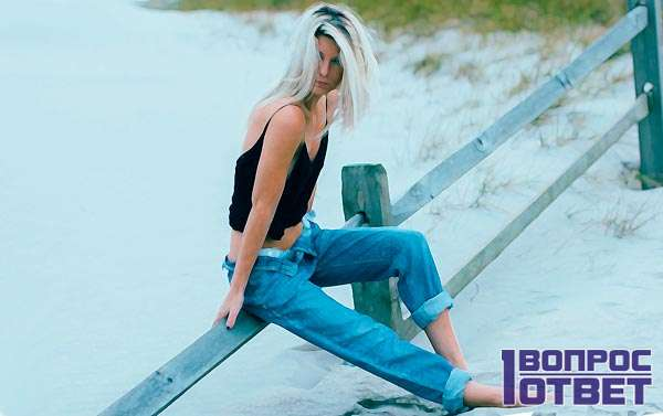 Девушка в штанах из денима (джинсах)