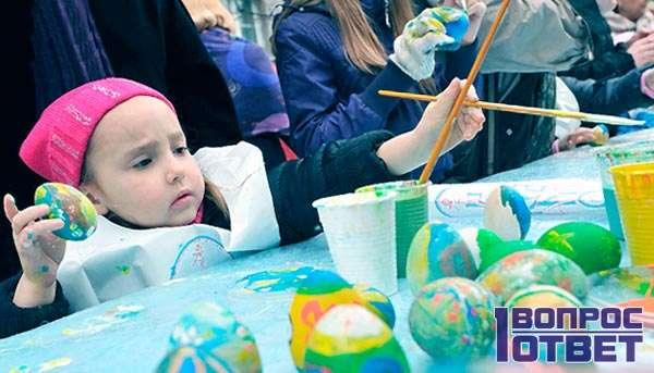 Дошкольники помогают красить яйца