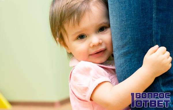 Дочка вцепилась в ногу матери