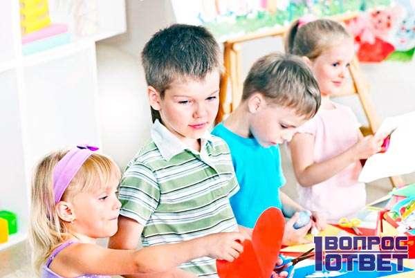Дети мирно играют в детском саду