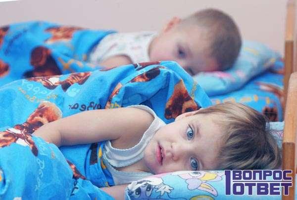 Спит на кровати в детсаду