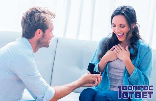 Дарит кольцо с бриллиантом