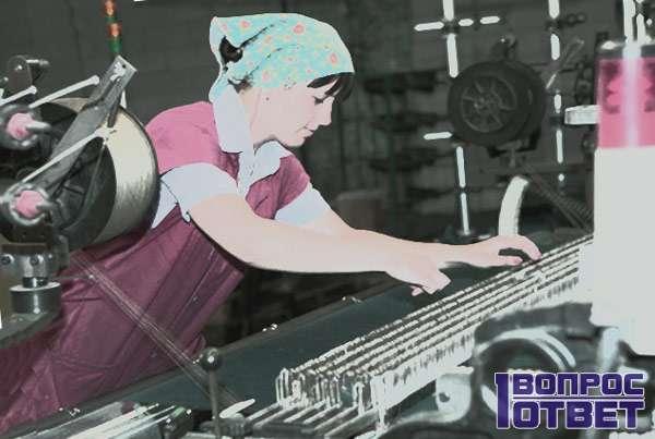 Девушка работает на текстильном заводе