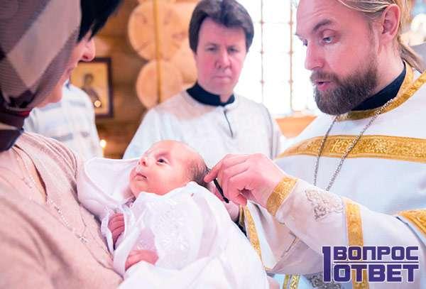 Святой отец выполняет таинство