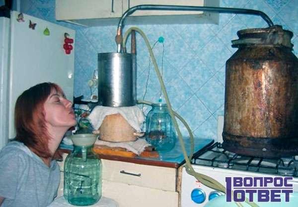 Следит за температурой напитка в аппарате