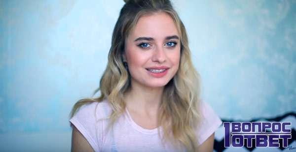 Девушка-блогер на голубом фоне