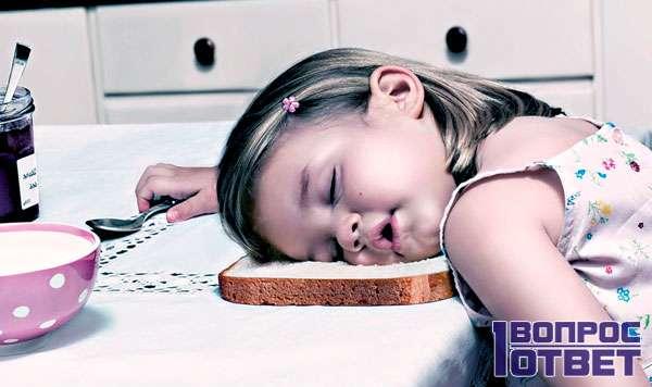 Девочка задремала за столом