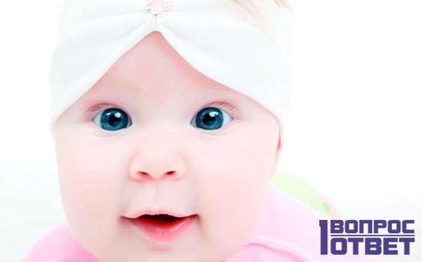 Малыш смотрит в камеру