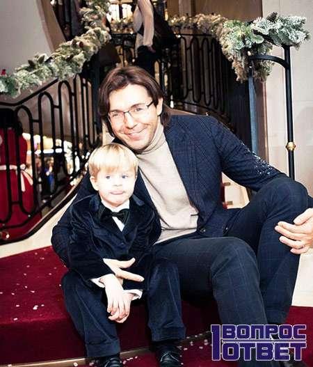 Андрей сидит с ребенком