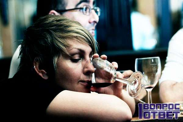 Жена крепко пьет в баре