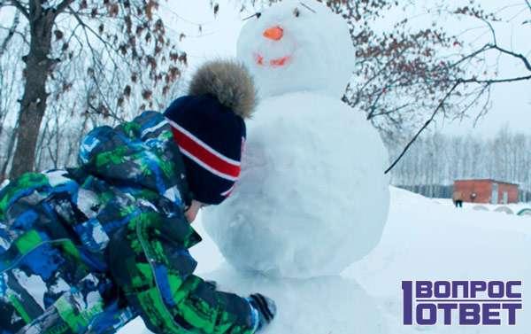 Мальчик лепит снеговика
