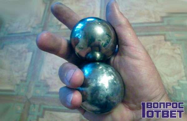 Металлические шары в руке