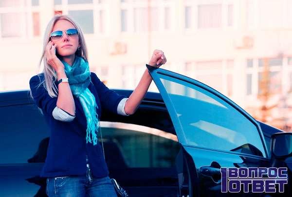 Бизнес-леди выходит из машины