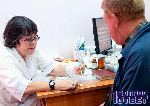 Врач собирает данные у пациента
