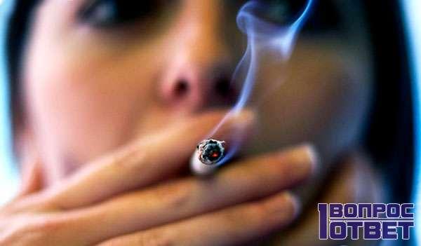 Девушка упорно курит сигарету