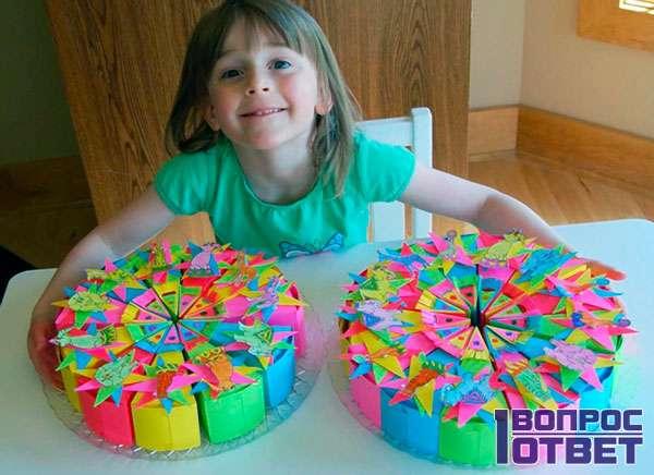 Девочка рукодельница смастерила тортики