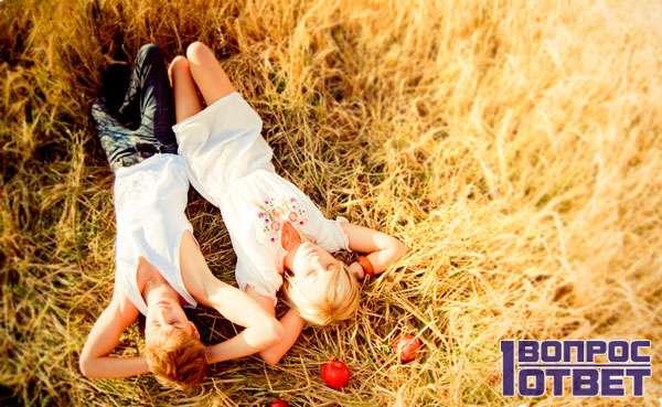 Лежат на поле пшеницы