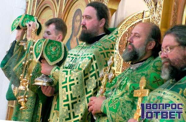 Священники читают акафист
