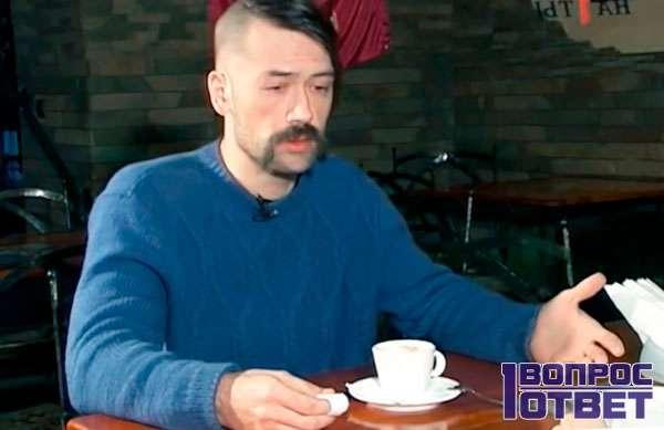 Дает интервью о жизни в Украине