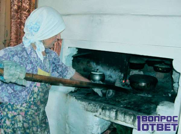 Ставит горшок с солью в печь