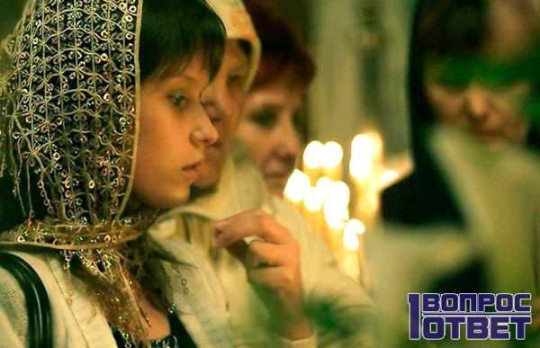 Читает сильную молитву