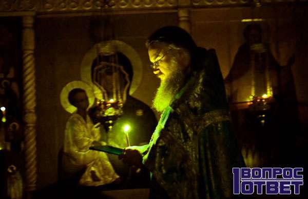 Молящийся священник