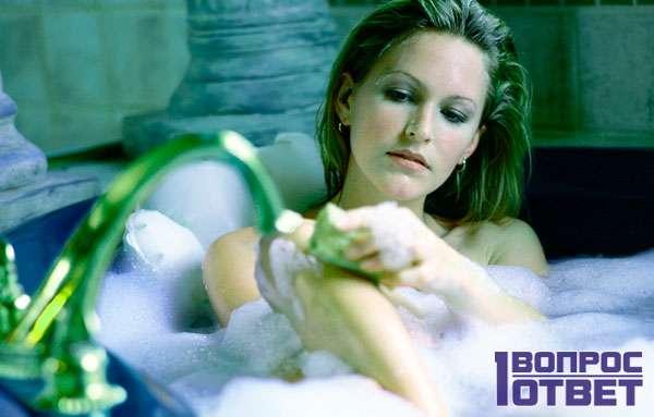 Женщина намыливается в ванне