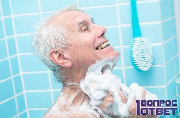Дедушка принимает ванну