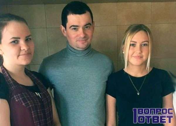 С двумя девушками