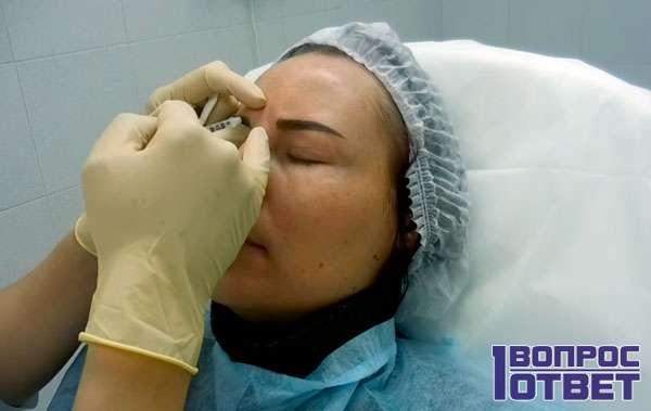 Косметолог делает инъекции