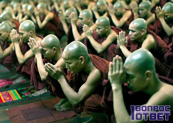 Китайские буддисты молятся