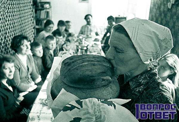 Бабушка нюхает хлеб, который всему голова