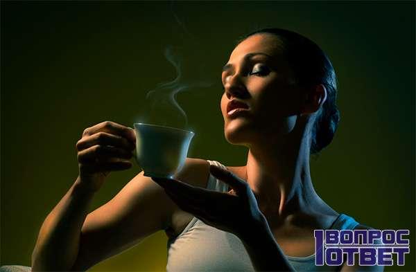 Наслаждается чашкой ароматного напитка