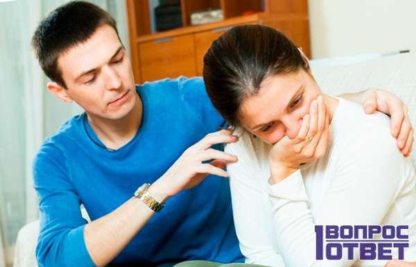 Утешает жену, которая уличила его