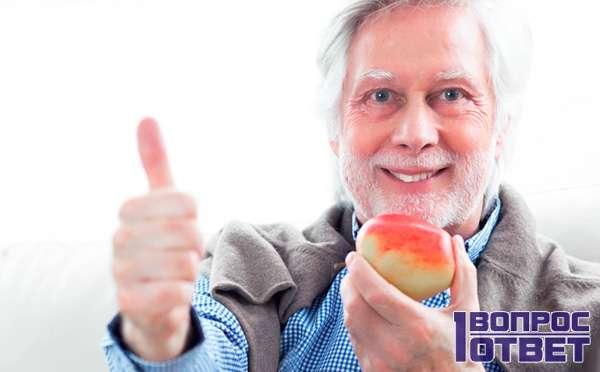 Старик на диете с яблоком