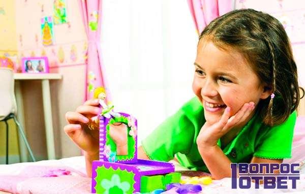 Девочка рада подарку - игрушка