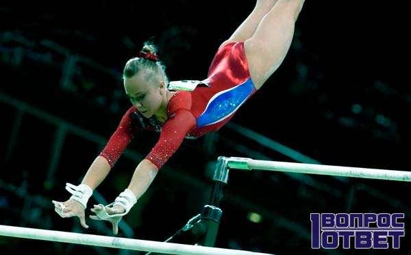 Гимнастка и трюк на брусьях