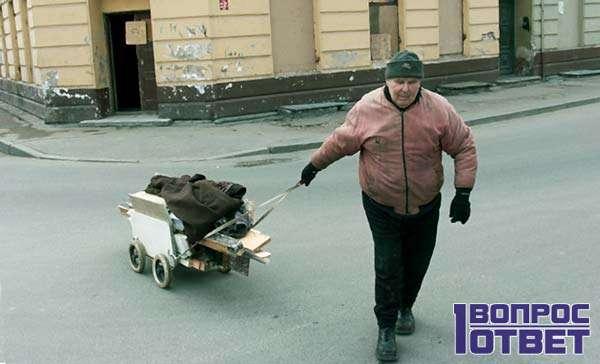 Безработный на улице с тачкой