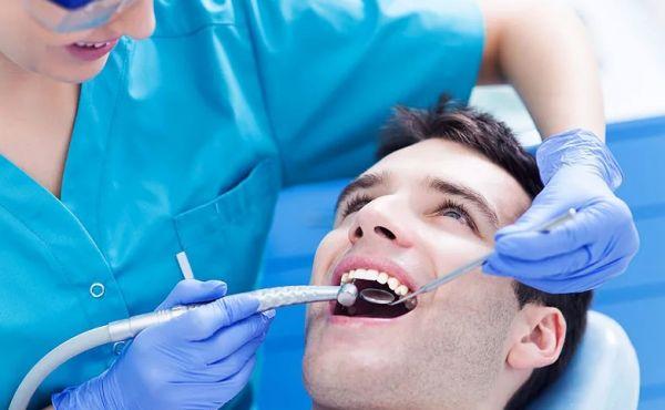 Стоматолог чистит ультразвуком